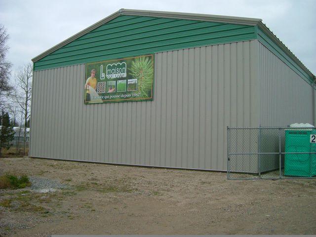 Extérieur d'un entrepôt frigorifique avec une enseigne de La Maison Vert.