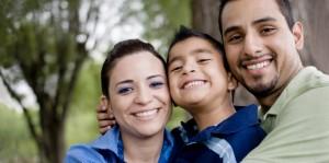 Link2Feed rassemble les banques alimentaires pour nourrir le monde entier, un chaînon à la fois. Une famille heureuse, en santé, souriante et dans un parc.