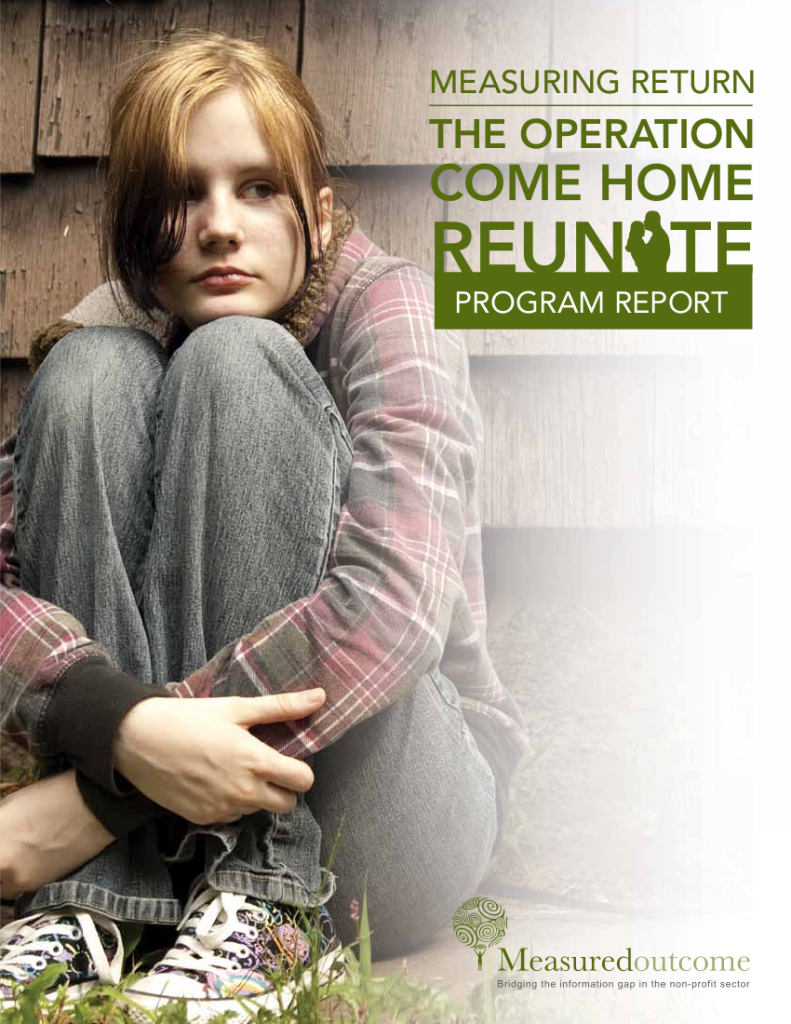 Sur la page couverture du rapport du programme Reunite, une adolescente est assise par terre, bras autour de ses genoux recroquevillés contre la poitrine. Le titre du rapport est « Measuring Return: The Opération Come Home Reunite Program Report ».